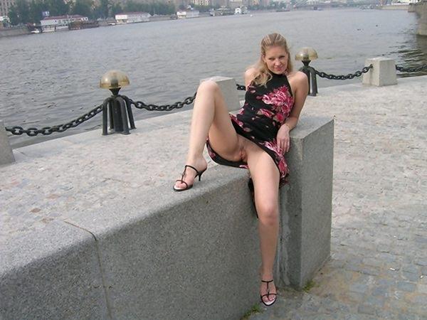 женщины на улице без трусов фото