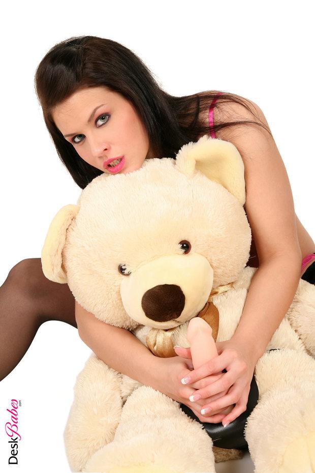 девушка ебётся с плюшевым медведем